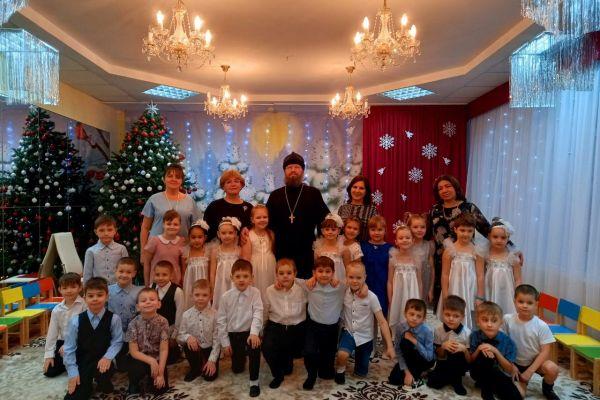 rozhdestvenskaya-elka-v-detskom-sadu-19-pchelka-3B0703AFF-4981-09CF-A8A1-D6AE8D12D04C.jpeg