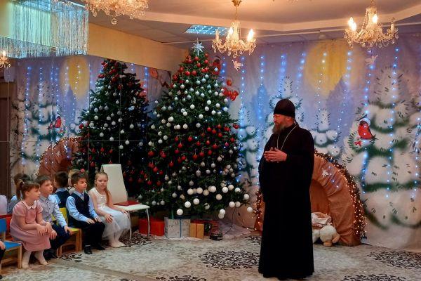 rozhdestvenskaya-elka-v-detskom-sadu-19-pchelka-6B47770AD-7DF6-3308-5948-037213706565.jpeg